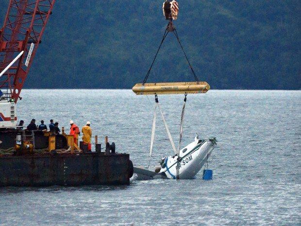 Destroços de avião que caiu em Paraty são retirados do mar. https://t.co/VaJLEK6cMy #G1