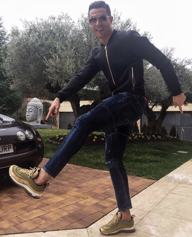 RT @Cristiano: You got La Silver? I got La Gold. Want to argue? 😎 #am97 #gold @nikesportswear https://t.co/NjNm85vRtb