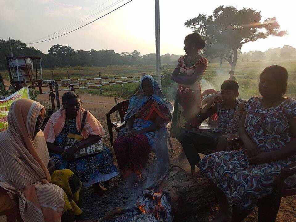 Day6: #Keppapilavu women protesters are sitting around a fire to survive the cold in early morning today https://t.co/c0nk5p7YIp