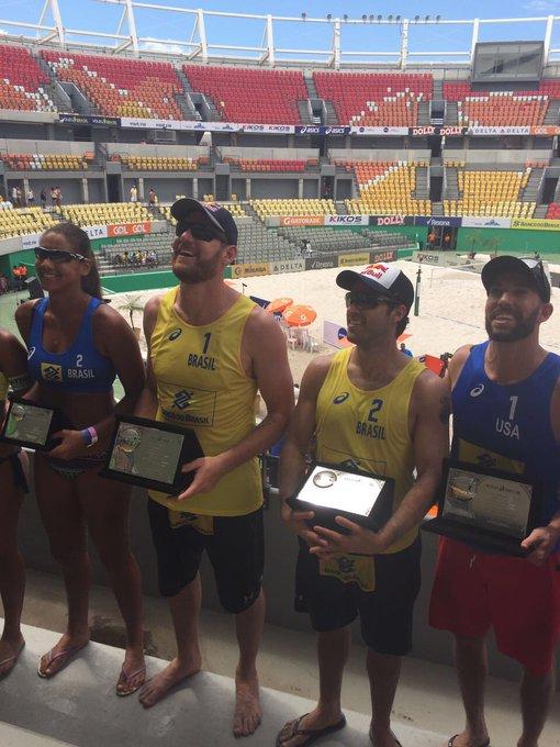 São mesmo #GigantesDaPraia 👊🏻 Que domingo eletrizante aqui no Parque Olímpico, no Rio de Janeiro. Valeu demais, #TorcidaBrasil! 👊🏻✌🏻💛💙🏐🌊
