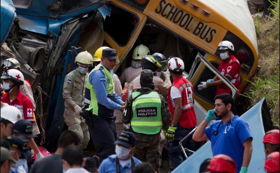 Sube a 23 los muertos en choque de autobús y un camión en Honduras