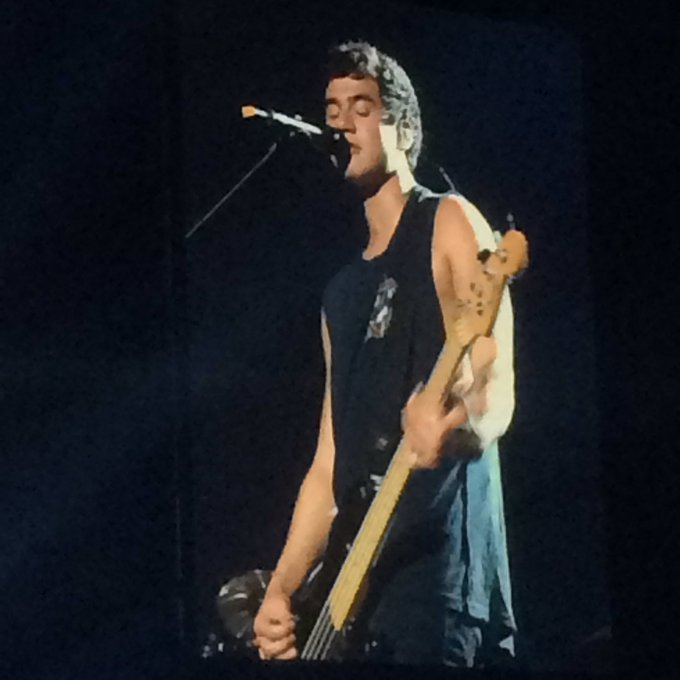 HAPPY BIRTHDAY !!! To Calum Hood. Best wishes to ya! Big hugs from your little fan