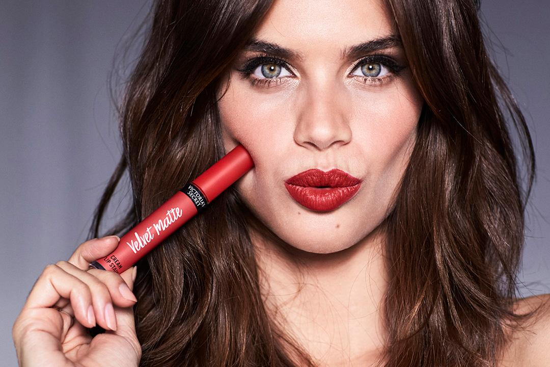 The ultimate date night accessory? A bold red lip. https://t.co/f5qlhhrCIJ https://t.co/woK4N8mDHh
