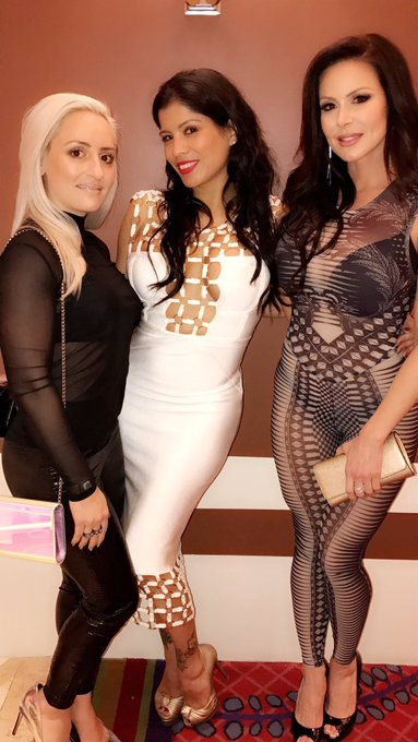 1 pic. Hanging at @IntrigueVegas with my girls @JennyDiDonato @alexisamore https://t.co/7N0REMZiHK