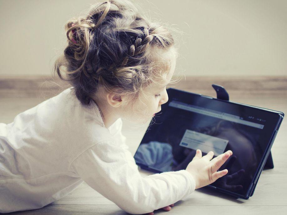 Buat Para Orang Tua: Terlalu Lama Membiarkan Anak Bermain Gadget, Inilah Akibatnya! - AnekaNews.net