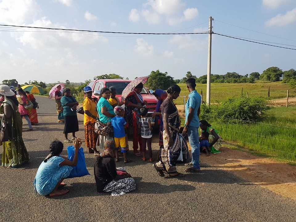 Keppapilavu residents in Mullaithivu today pretested demanding to access their lands;stopped Forest Dept vehicle & sat middle of the road https://t.co/HC4KTubkph