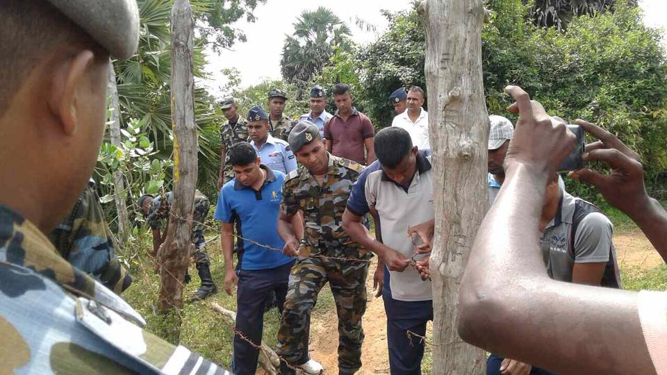 Following villagers protest last night,Air Force today strengthened its military base secuirty by putting up new fences #Keppapilavu https://t.co/4CZUnfaCz5