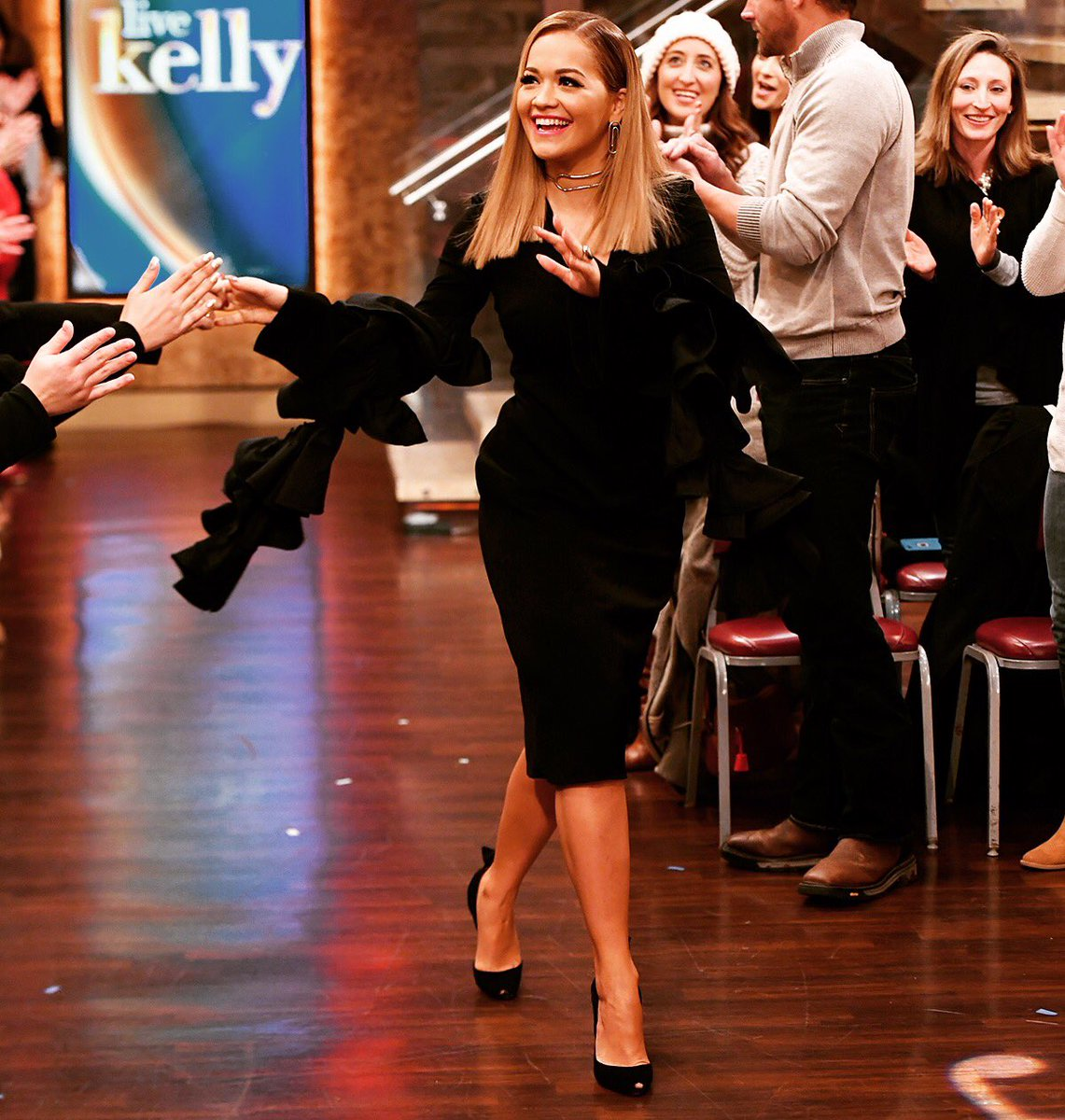 And I'm bacccck! ???????? tune in to see me co-host with @LiveKelly Monday Feb 6th!!! ???? https://t.co/F0AJA8LizX