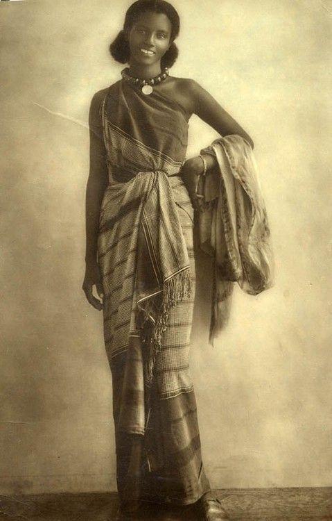 Somali woman in traditional dress, 1940. https://t.co/l2xyAcX4XE