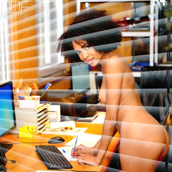 3 pic. Yay it's #WorkingNakedDay and trust us, we know how to do that on https://t.co/gCU1SM5aKT https://t