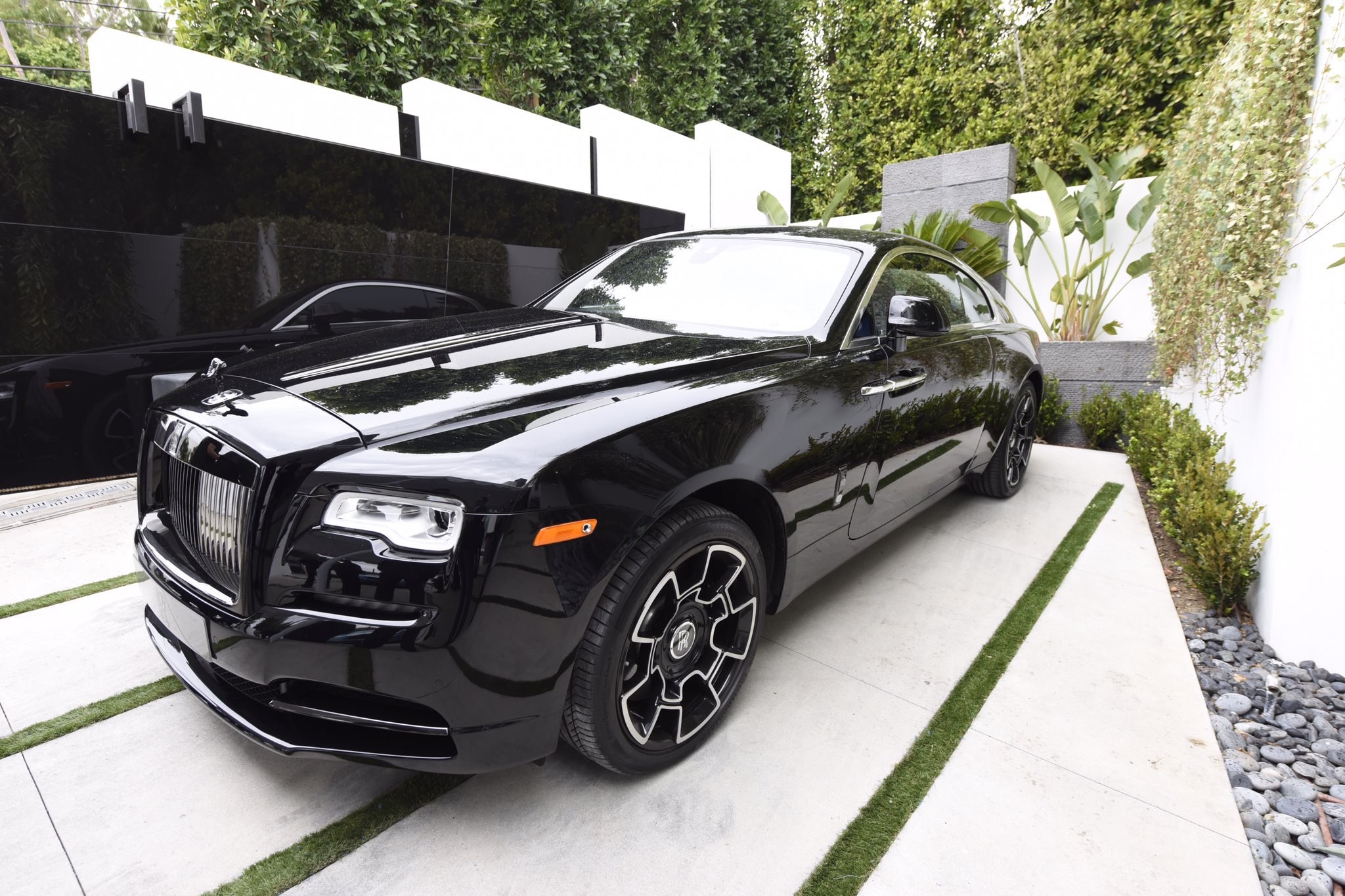 .@Epic_Records x @rollsroycemcna x @hauteliving #GRAMMYs #RollsRoyce #blackbadge #Wraith https://t.co/d1f6suTbeT