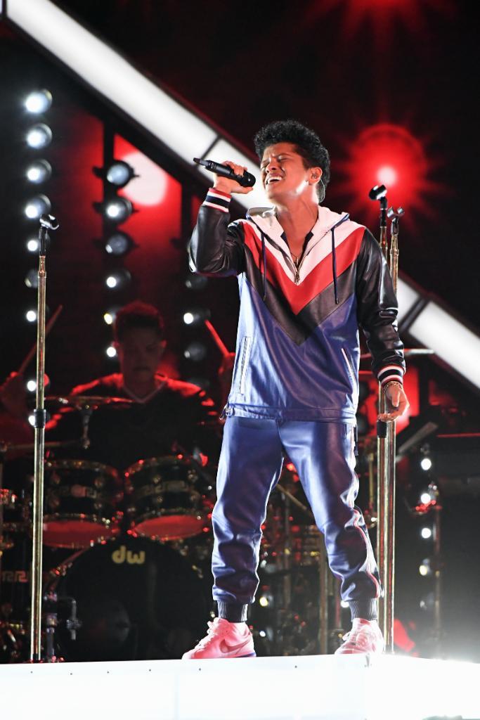 グラミー賞授賞式でライブパフォーマンスを行なったブルーノ・マーズ。カスタムオーダーのトミー ヒルフィガーの衣装がクール! https://t.co/BnlfieSJs6