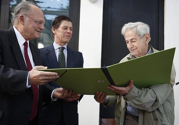 Após entregar Prêmio Camões a Raduan Nassar, ministro critica escritor e leva vaia
