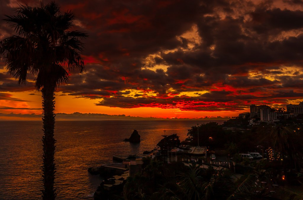 Madeira sunset by G. Postlethwaite esq. #SharingMadeira #photography Canon EOS 40D - 1/80s  ƒ/11  ISO 160  at 18 mm https://t.co/Y3tK84LWOV