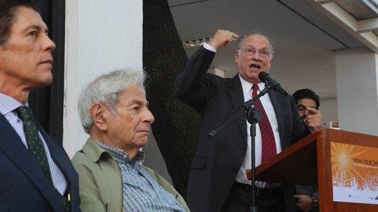 Escritor Raduan Nassar critica governo ao receber prêmio e ministro rebate