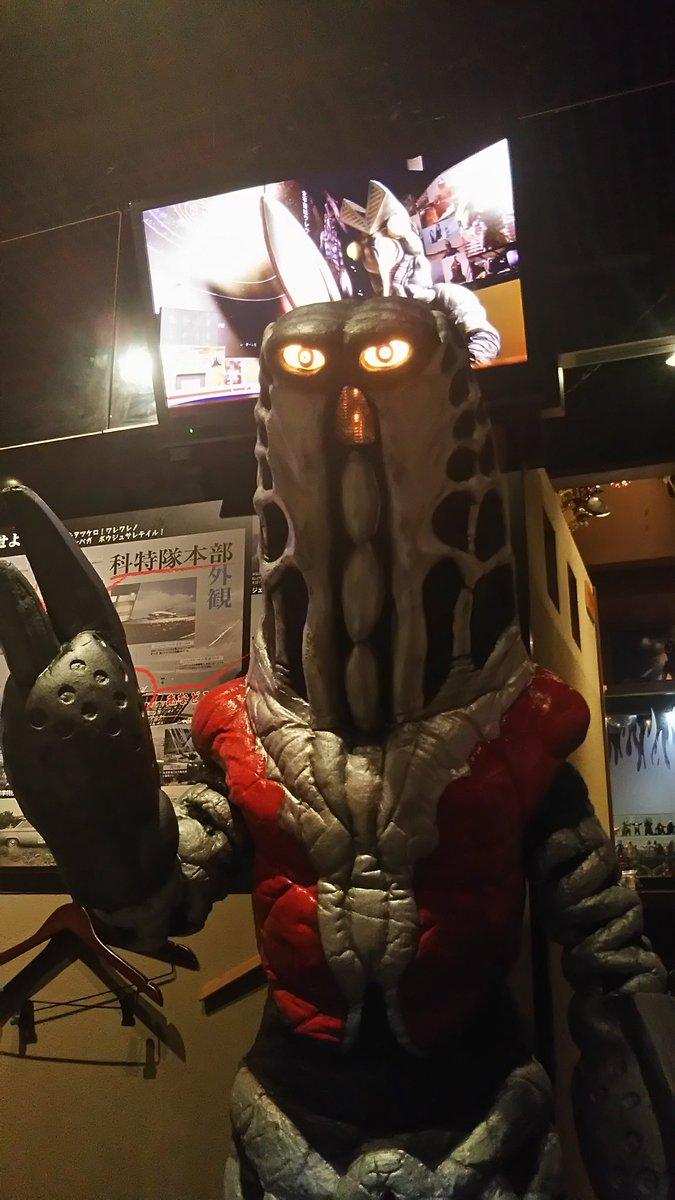 怪獣酒場でゴドラ星人とご対面~‼そして、後ろのTVモニターにバルタン店長‼