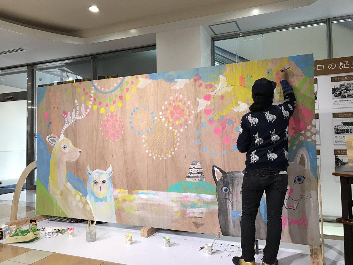 唐津でオシャレイベントやってますライブペイント!かっこいい先生が唐津の絵を描いてまーすバスセンターだよーー