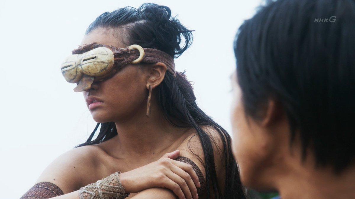 セナのかけるゴーグルは、イヌイットのスノーサングラスがモデル。スリットから覗くことで、強い光を遮り目を守る。日本語で言え