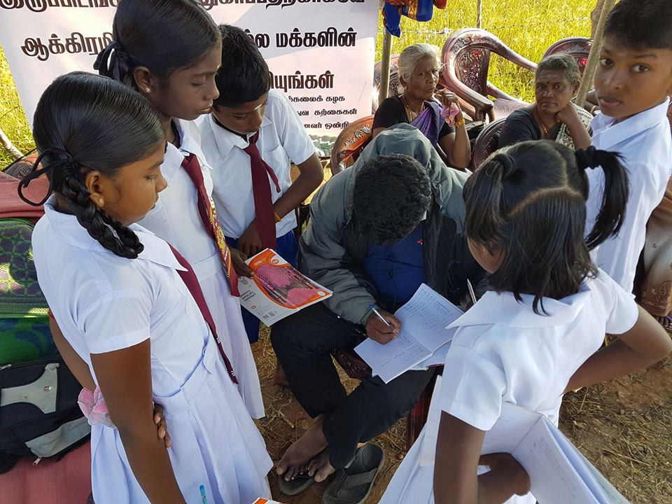 A visiting local journalist engaged in teaching for kids who have abstained from school as their parents are on road- demanding their land https://t.co/viPzanmnEk