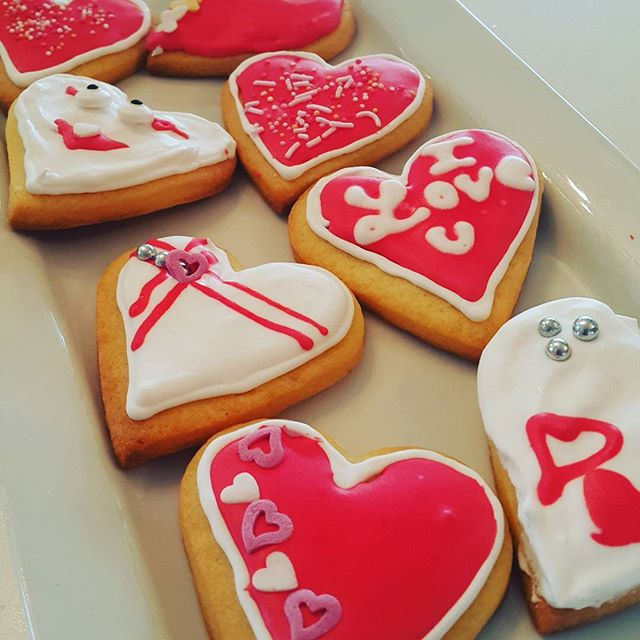 Wednesday 8 February, 10:50 a.m. - Valentines day doesn't have to cost a fortune 2 cookies 5 bucks gift wrapped #valentines #cute