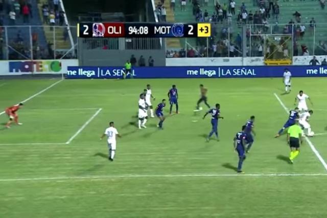 Torcedor invade gramado em Honduras e marca gol em clássico
