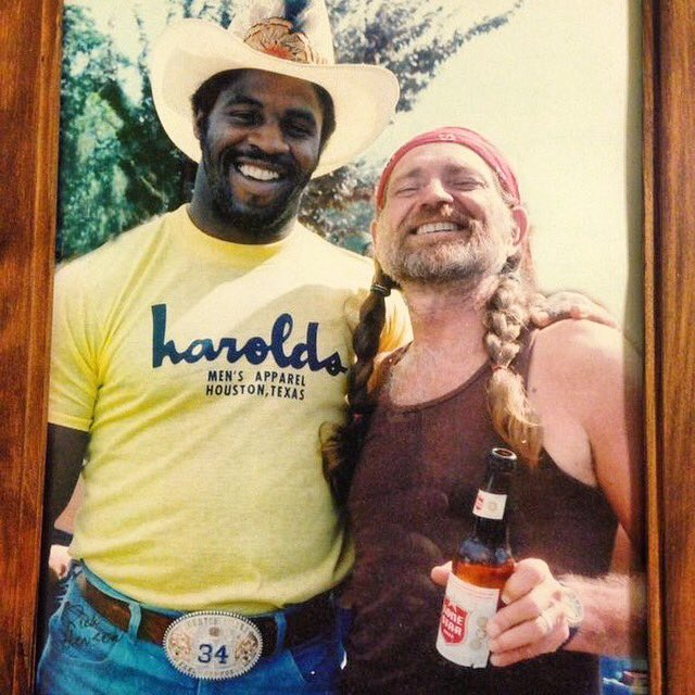 One of the greatest pictures of all time. @WillieNelson @EarlCCampbell #WhatYallKnowAboutThemTexasBoys https://t.co/gN3pWw1Gtw