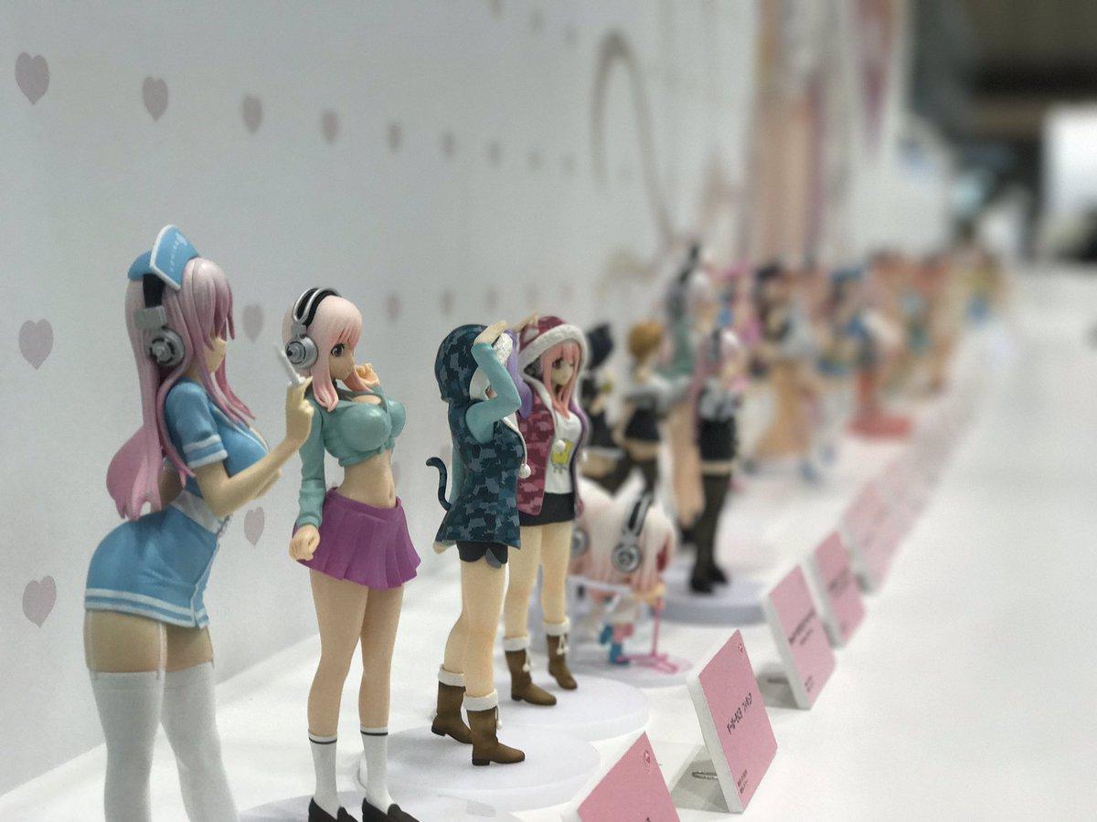 ニトロプラスさんブース、わたしのお人形さんたちの展示のご様子! お写真の撮りかたをスタッフさんに教わってチャレンジしまし
