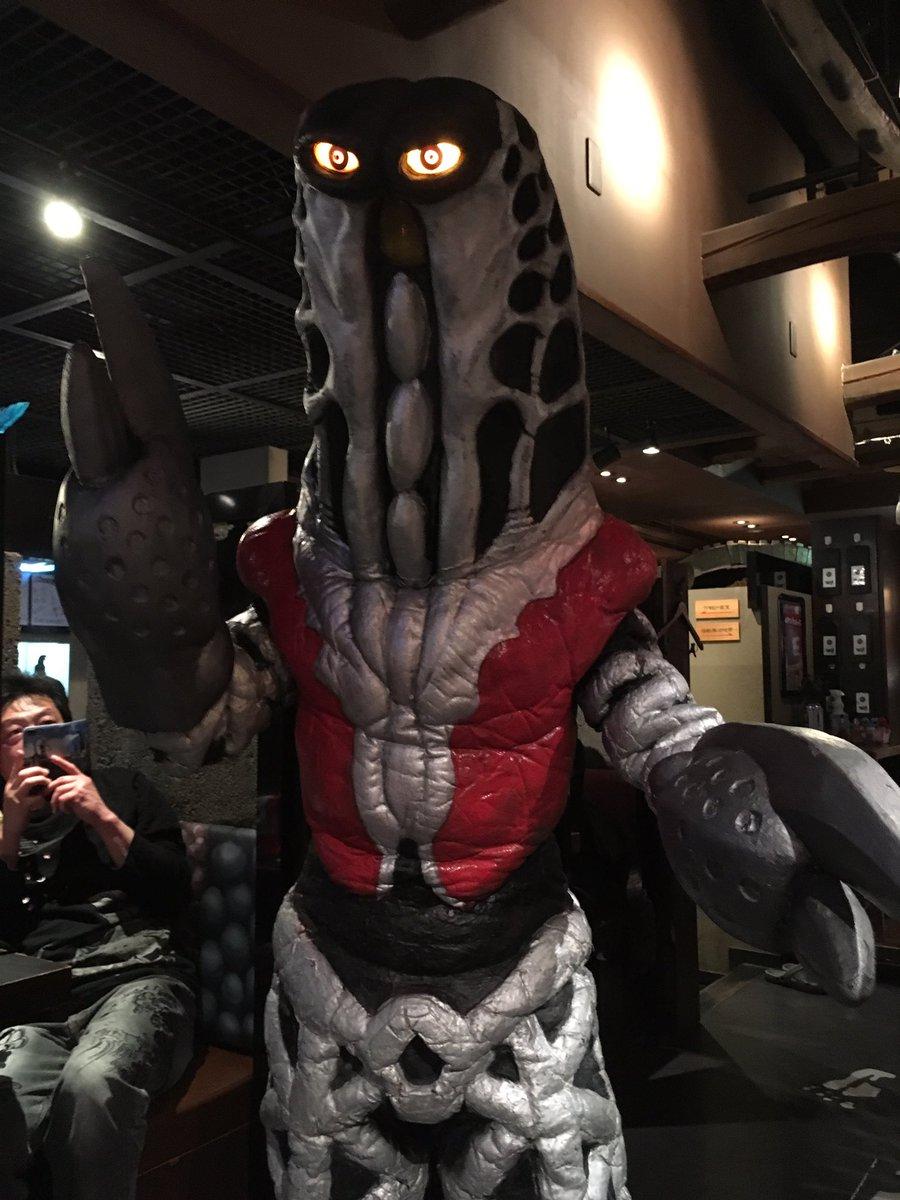 昨日は映画に行った帰りに怪獣酒場でひとり飯。店名にゴドラ星人が居たんで写真を撮らせてもらいました。握手もしたけど、手が絶