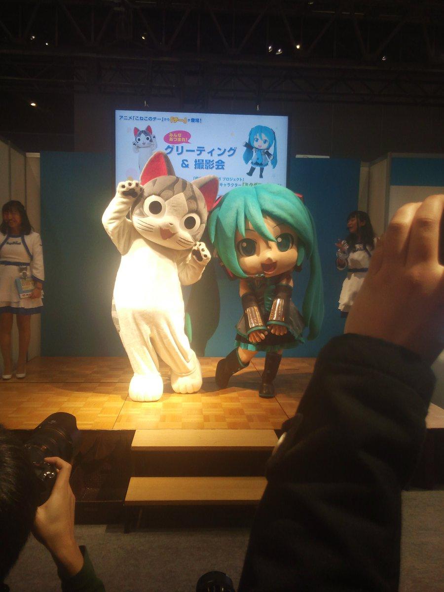 セガブースにて「こねこのチー」、「ミクダヨー」。JAEPO会場に居た着ぐるみキャラクターは、全部で7種だろうか…?
