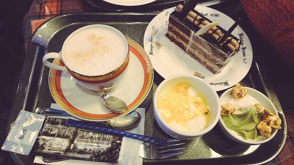 ささみさんとケーニヒスクローネ・ホテルでティータイム。ケーキセット1450円でアイスとかついて飲み物色々おかわりし放題で