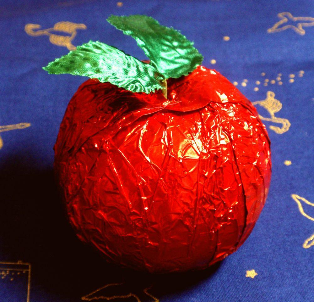 林檎の形をしているってだけの理由で、衝動買いしてしまったチョコレート。…いや、つい戦勇が頭を過ぎって(ロスさんとかクレア