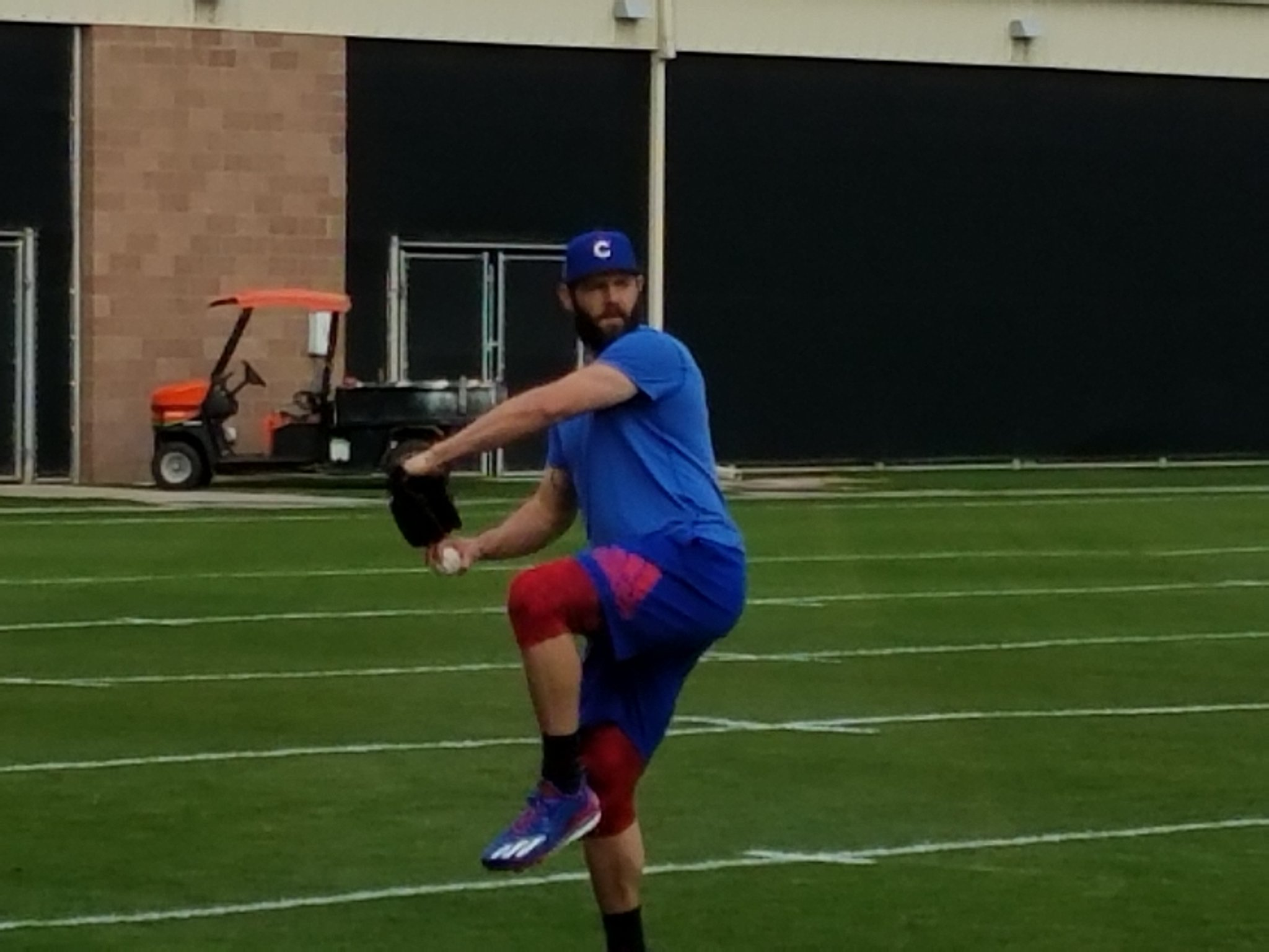 Welcome back, #Cubs. Arrieta warms up https://t.co/KiWUaAxbOo