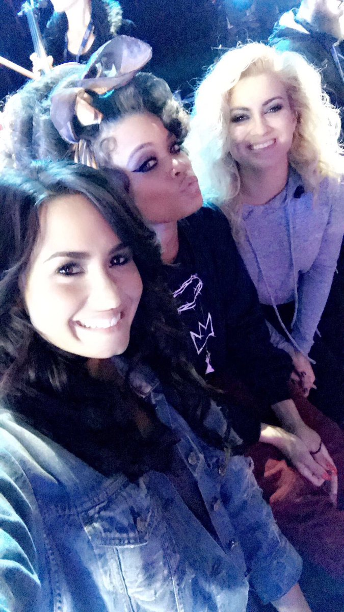 Demi Lovato junto a Andra Day e Tori Kelly em seu Snapchat (theddlovato) #Lovatics #BestFanArmy #iHeartAwards https://t.co/fdmxxuV5Nt