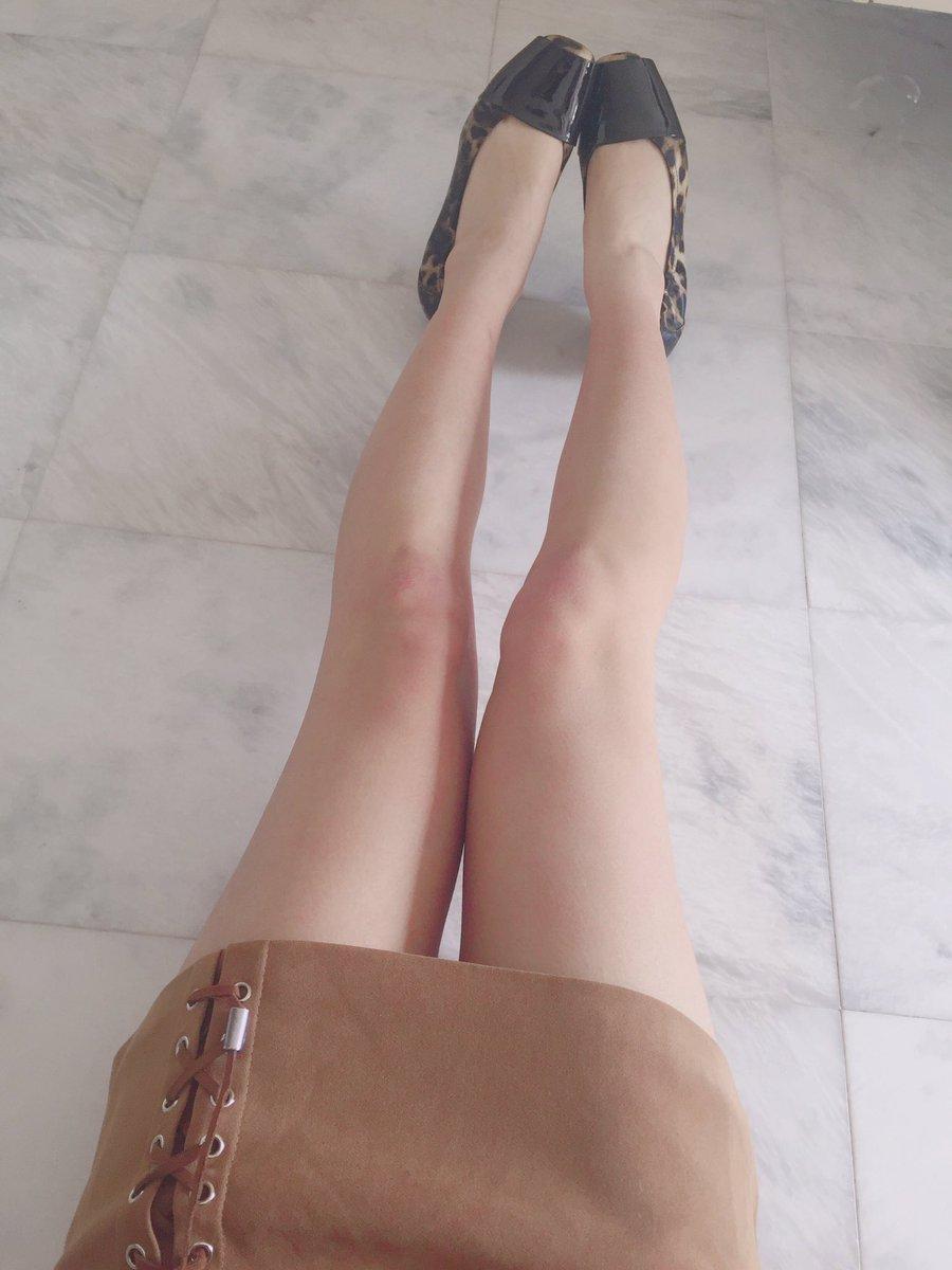 お久しぶりです( ´ ꒳ ` )ノ なんだか最近、前よりも脚に筋肉がついたような気がします…???????? #生脚パンプス #脚フェチ #JK https://t.co/gGmkWhES4Y