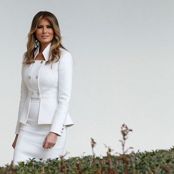 Our @FLOTUS walking along the Colonnade today at the @WhiteHouse looking amazing in white @KarlLagerfeld #flotus https://t.co/D7brzb76VL