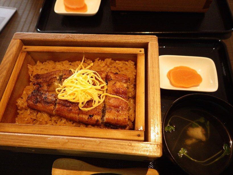 ウナギのせいろ蒸しセット。ご飯にもち米が混ぜてあり、しっかり味がついています。大変に美味しゅうございました。年に1度くらい、心置きなくウナギが食べられるくらい資源を回復させたいものです…。 #九州への旅 #有明海 #福岡