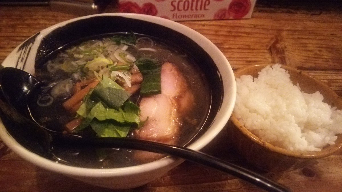 日吉ハマトラの鶏塩そば。じんわり鶏のうま味がある塩スープ。麺が黒い!なんでも竹炭パウダーを加えた自家製麺らしい。やや太目