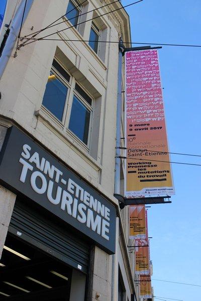 La façade de #saintetiennetourisme s'est mise aux couleurs de la #biennaledesign17, sous un beau ciel bleu ! @lacitedudesign  @STAS_Officiel https://t.co/ckVCEIdhcj