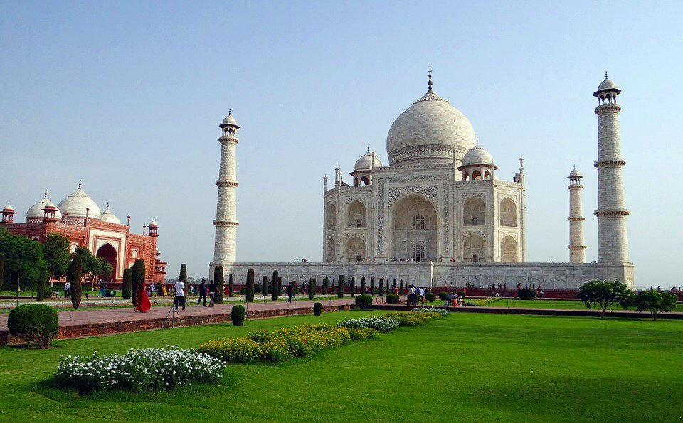 IMAGE: The Taj Mahal and its adjacent mosque https://t.co/EYZ31gHN43