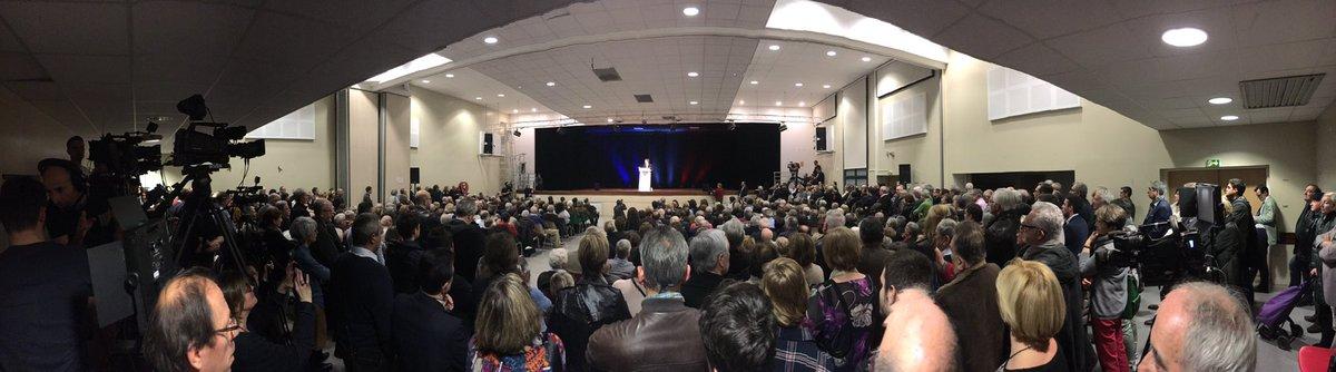 Salle trop petite pour accueillir les 500 personnes venues écouter le meeting de soutien de #Baroin pour #Fillon.Une petite centaine dehors.