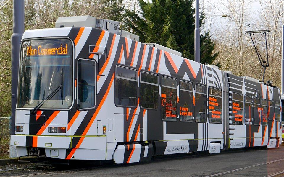 Un tram entièrement aux couleurs de la #biennaledesign17 ! Ça approche ;) Vous en pensez quoi ? #totalcovering @lacitedudesign https://t.co/ztGMtGKNiy