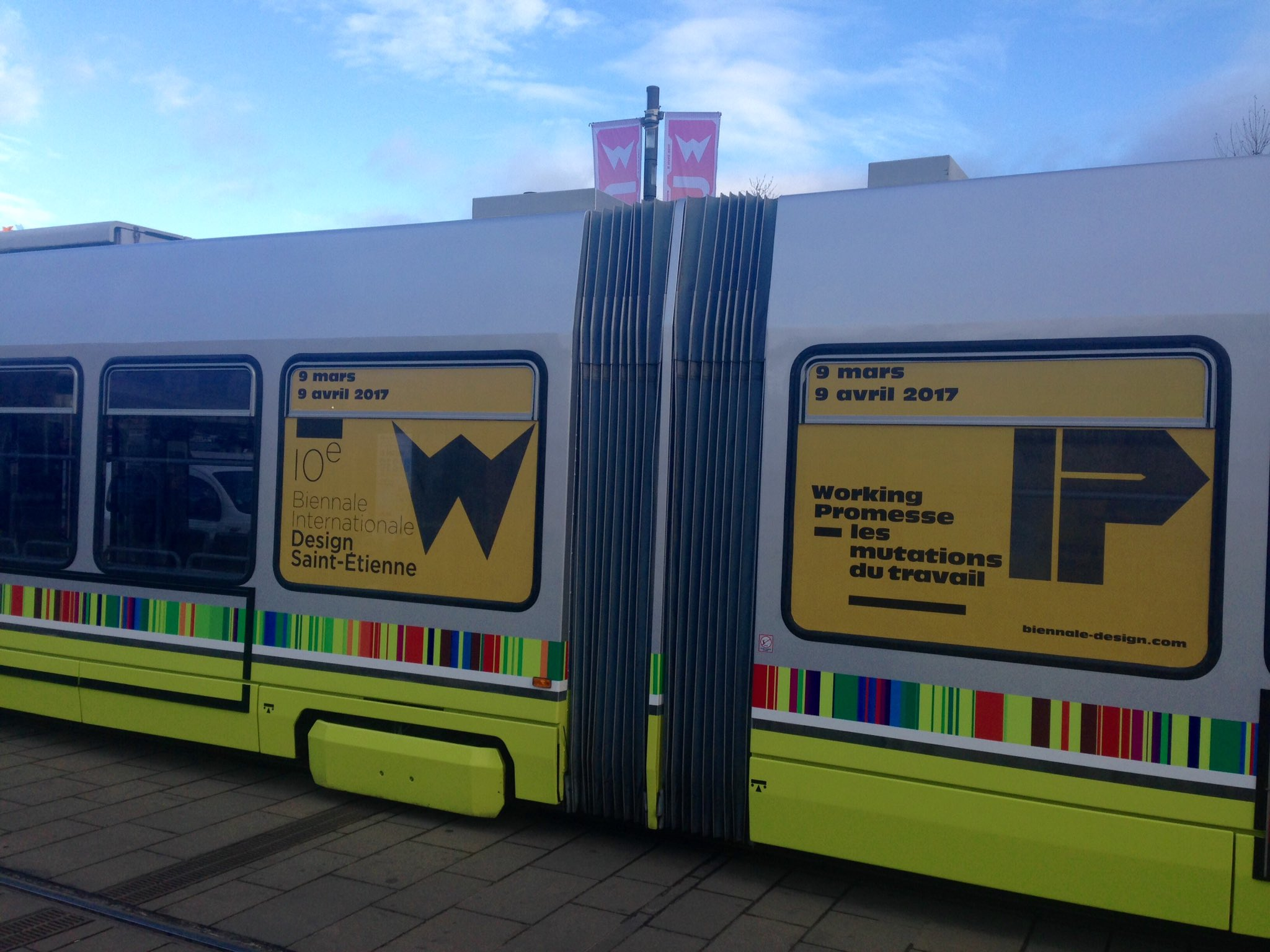 Les tramways de @saint_etienne_ @STAS_Officiel se parent des couleurs de la 10e #biennaledesign17 😍 https://t.co/s5n7lg2Xaw