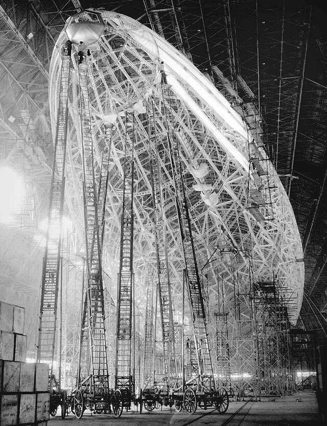 1936 Officine Zeppelin, construction of the metal structure of lz 129 Hindenburg, the longest of the Zeppelin. https://t.co/zUmFOfDZCb