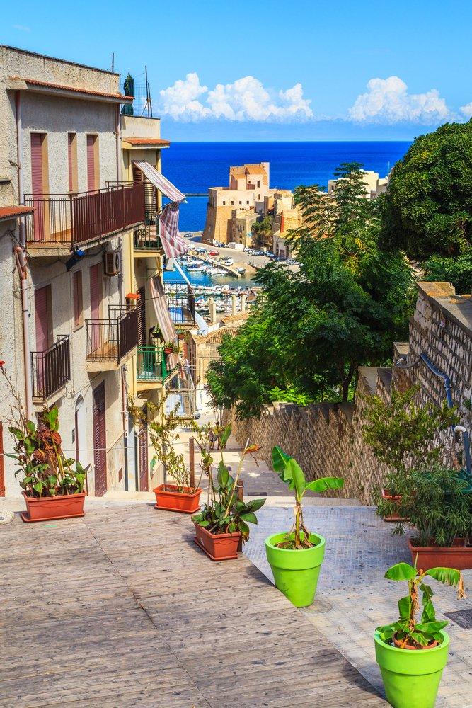 Este precioso pueblo se llama Castellammare del Golfo y está en Sicilia, una visita curiosa a un lugar de los que te trasladan en el tiempo. https://t.co/4Yiqwy3K6Q