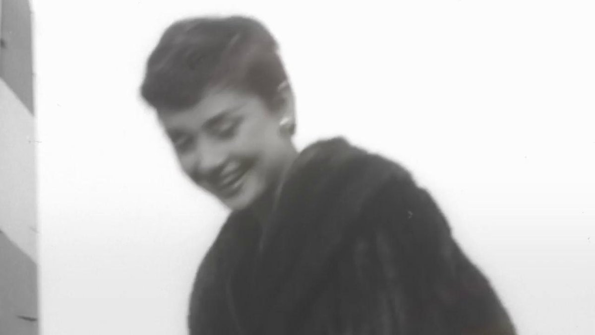Audrey Hepburns Pixie Haircut Was Iconic Scoopnest