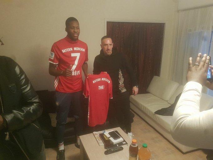 Franck Ribéry a rendu visite à Théo et lui a offert un maillot dédicacé par les joueurs du Bayern. 👏