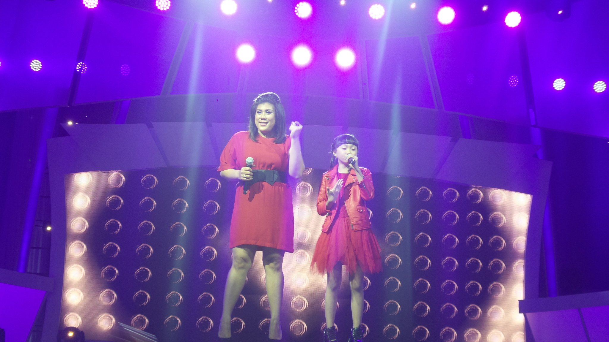 Penampilan yg luar biasa @SharonIdolJr @reginaivanova4 lagu set fire to the rain #IdolJrDuetStar @Official_MNCTV https://t.co/whHGcqQG8e