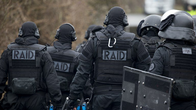 🇫🇷 #Toulouse Quatre individus retranchés dans deux appartements interpellés par le #RAID ce soir. https://t.co/IS2pUKjWza