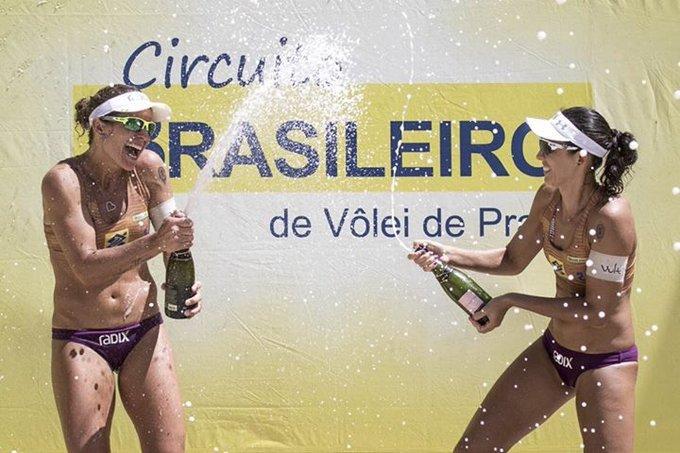 As duplas campeãs no Open de Maceió foram Larissa e Talita | Álvaro Filho e Saymon. Agora iremos para Aracaju, de 17 a 19/3. 🏐🌊 📷: @volei