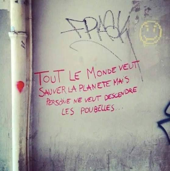 'Tout le monde veut sauver la planète mais personne ne veut descendre les poubelles' 👌 #streetart